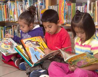 Los niños leen cuando encuentran historias para contar