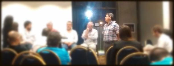 Pepe Frutos de pie escuchando exposición durannte la Asamblea de FARCO
