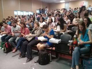 Estudiantes universitarios en una mesa panel sobre la baja de edad de punibilidad