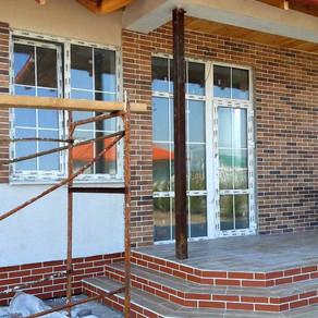 Начали работы по наружной декоративной отделке фасадов.
