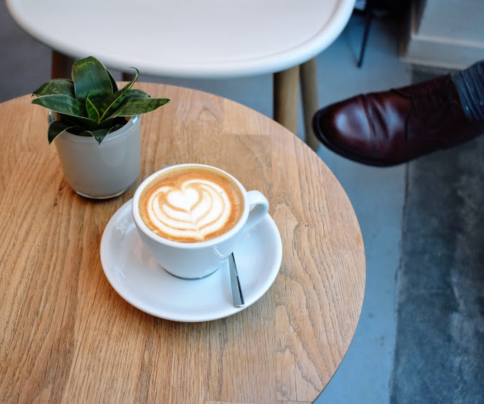 An Oatly flat white at Kaffemik