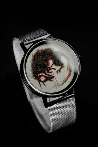 〔yunivers hsieh 心流時光 藝術家聯名腕錶〕郭欣昀 愛 · 銀狼 · 老鼠(錶背雷雕藝術家簽名與錶款限量編號)_02.jpg