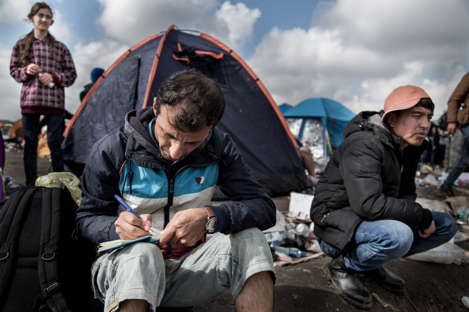 Man writes in his diary at the camp in Roszke.