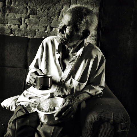Mr. Pedro, 89, husband of Severiana, drink his coffee while tells us, between long pauses, about the hard reality of the drought that gets worse each year. While chatting, he forces his eyes to see due to the glaucoma the he suffers for years. Pedro tells us that because of his financial difficulties and the slowness of the nearest health center of his village he was never able to succeed in finding a treatment for the disease. Besides retirement, he and his wife receive the Bolsa Familia (govt. program to fight poverty) which serves as a support to pay some bills and the little food they buy for their children and grandchildren.