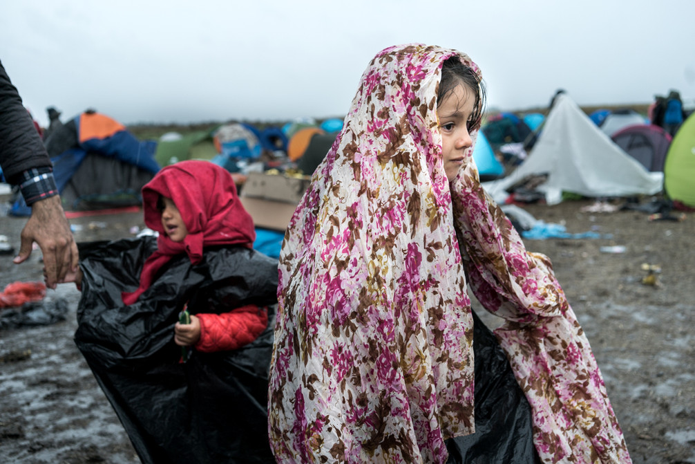 Girl waits her mother to finish packing to leave the camp at Roszke.