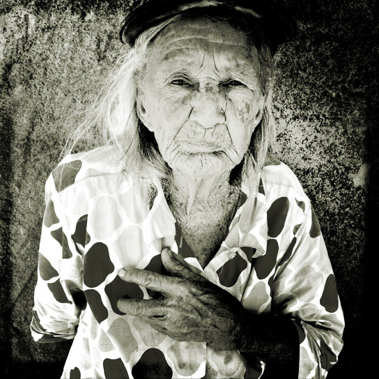 My name is Maria do Nascimento. I live in the hinterland of Brazil. Come, let sit in the shade and get out of this heat. I must be about 90 years old, cause when I was registered in 1932 I already had a certain age. A part of the river Sao Francisco used to pass right in front of my house, about 40 meters from here. For 4 years it has been very dry, and fishing, a source of income for us, is very difficult these days. Here at home we are 8 people. Today we work hard to create some animals such as goats and sheeps. We sell them to make some income. Cause the drought is tougher, our lives has become increasingly difficult. But this does not take my joy away to receive, with a smile on my face, outsiders like you and tell a little about our history, in the shade of an old juazeiro (typical northeastern tree).