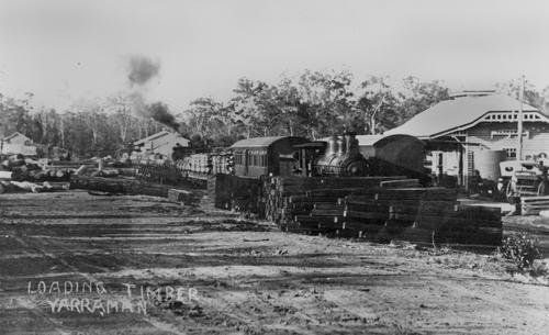 loading_timber_at_yarraman_station jpg