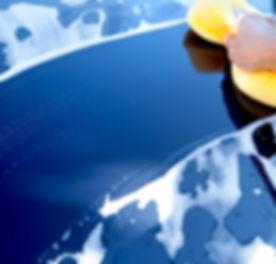 Blaues Auto gewaschen