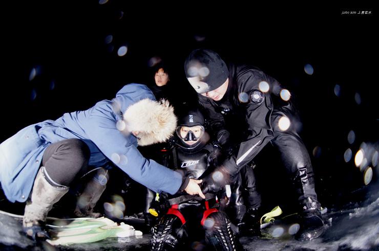 홍천에서 야간 아이스다이빙 제로그래비티