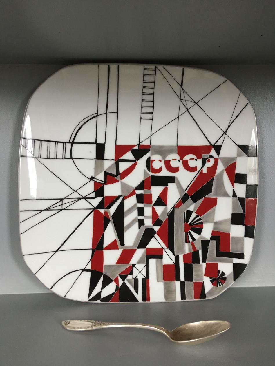 Les couleurs rouges, noir et blanc ont été beaucoup utilisées par les artistes soviétiques des années 1920
