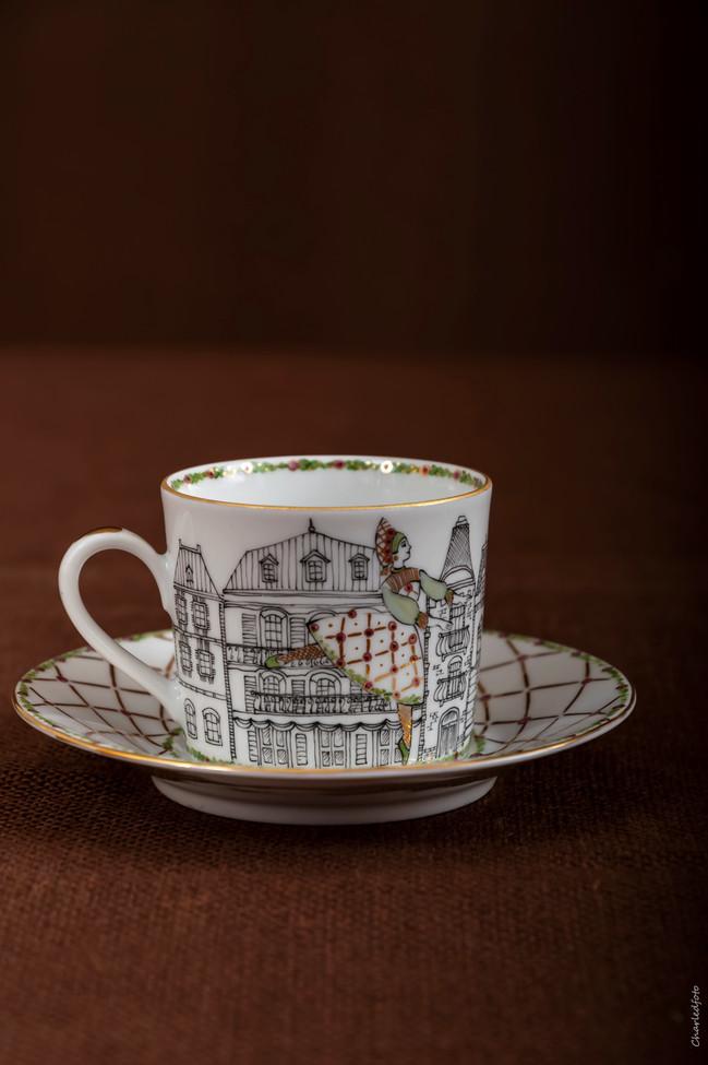 Le prix d'une tasse à café avec la soucoupe est de 80 euros