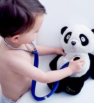 Little Boy Jugar al doctor