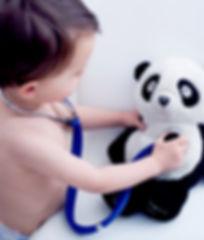 Kleiner Junge spielt Arzt