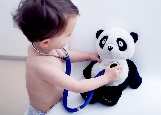 Little Boy que joga Doctor