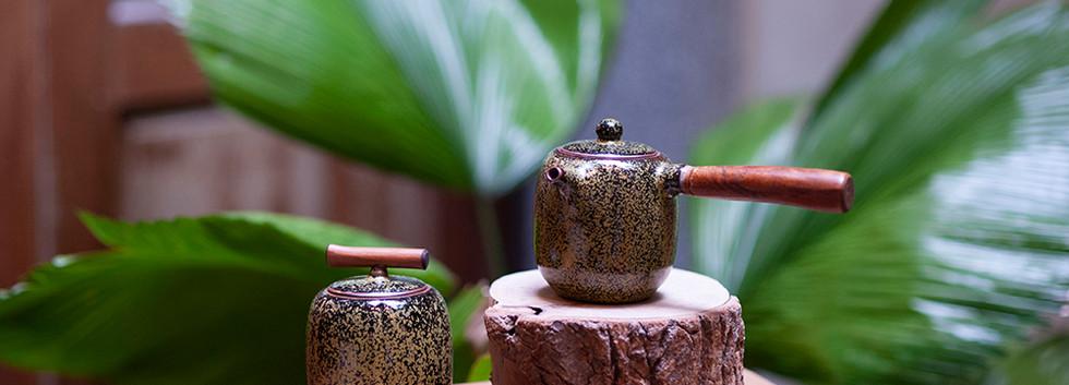 釉色:茶末綠