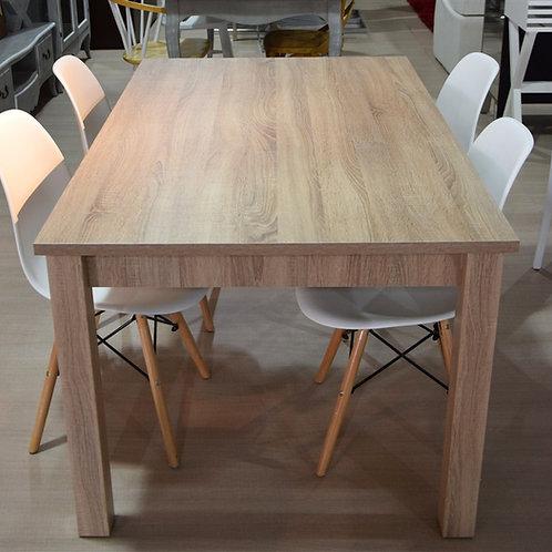 Mesa roble y sillas blancas