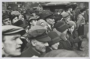 18.03.02 Menschenauflauf gegenüber dem Gewerkschaftshaus