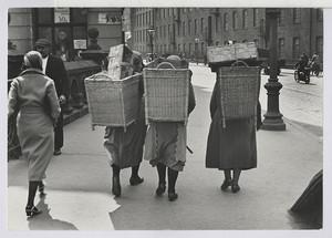 06.14.02 Marktfrauen laufen zum Bahnhof (Heimfahrt)