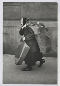 03.03.01 Brennmaterial (alte Frau mit Sack auf dem Rücken)