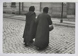 10.13.03 Zwei alte Frauen gehen zur Kirche