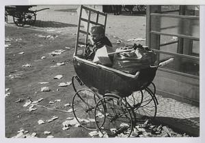 03.07.01 Gelähmtes Kind im Wagen mit Abfällen