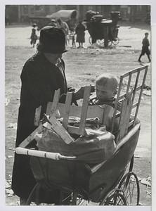 03.07 Oma mit gelähmten Kind im Wagen mit Abfällen