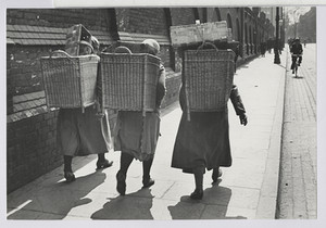 06.14.03 Marktfrauen laufen zum Bahnhof (Heimfahrt)