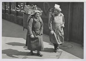 06.14.01 Marktfrauen laufen zum Bahnhof (Heimfahrt)