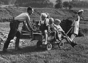 41. Familie Moll aus Straßberg, Bollerwagen