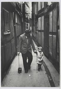 01.42.02 Spaziergang mit dem Sohn
