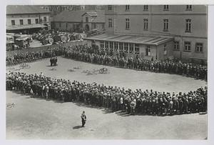 01.03.02 Arbeitslosenschlange beim Stempeln im Hof des Arbeitsamtes Hannover