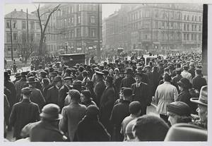 18.03.01 Menschenauflauf gegenüber dem Gewerkschaftshaus