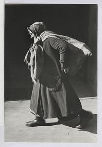 03.03.02 Brennmaterial (alte Frau mit Sack auf dem Rücken), (Ein Jahr später)