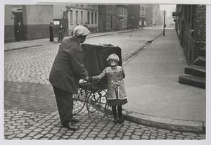02.08 Die freudlose Gasse (Orgelmann mit Kind)