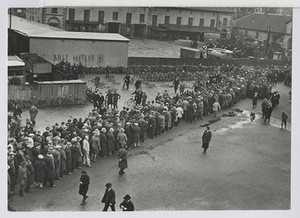 01.03.01 Arbeitslosenschlange beim Stempeln im Hof des Arbeitsamtes Hannover (Wählt Hitler)