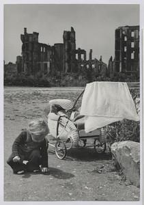 20.16 Der Erbe (mein Sohn Rolf mit Kinderwagen vor Ruinen, 1949)