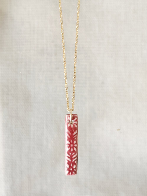 Collier talisman floral, lie de vin, sur chaine gold filled