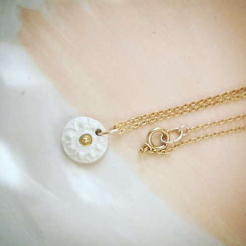 Collier gold filled, mini pendentif terre blanche et or,