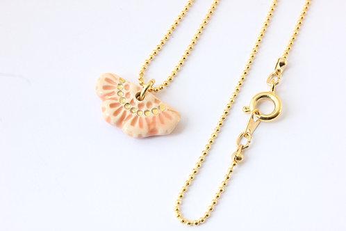 """Collier pendentif """"éventail"""" couleur rose poudré, doré à l'or fin"""