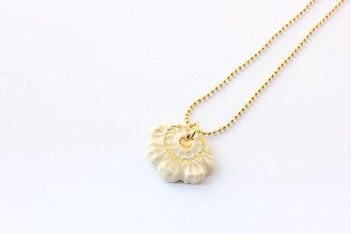"""Collier pendentif """"éventail"""" couleur crème, doré à l'or fin"""