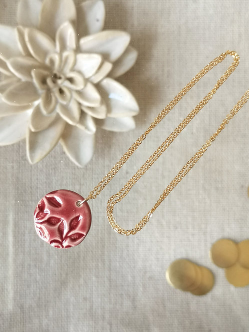 Collier d'inspiration floral, couleur lie de vin, sur chaine gold filled