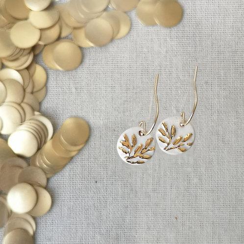 Petites boucles  motif floral blanc et or, gold filled