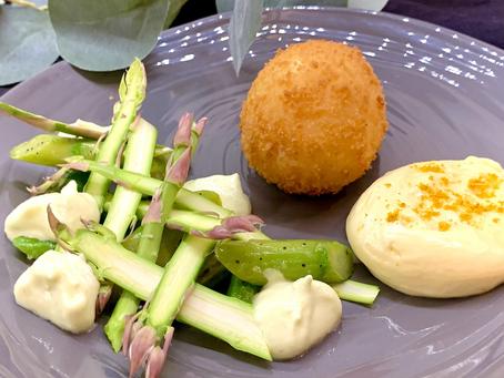 Variations d'asperges, œuf frit et sauce hollandaise
