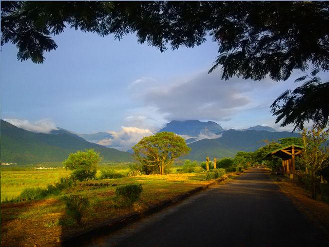 通往茂林國家風景區的沿堤自行車道.jpg