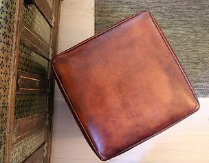 Pouf en métal rouillé recouvert d'une galette de mousse habillée de cuir de basane patiné à la main. Création unique en collaboration avec l'entreprise de métallerie Atelier Coucoureux