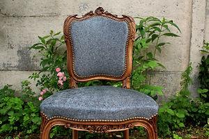 Petite chaise Louis XV sculptée en noyer, retapisée de façon traditionnelle et recouverte d'un beau tissu d'ameublement imitatin galuchat aux écailles bleues