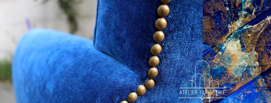 Zoom sur le dos d'un fauteuil club en tissu d'ameublement en velours de couleur bleu rois, décoré de clous dorés. Ces coloris ne sont pas sans rappeler les belles couleurs de la pierre lapis lazuli