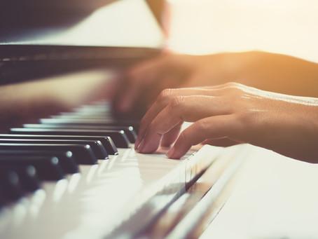 Cómo tocar canciones conocidas en el piano con sólo 4 acordes