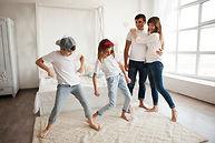 ninos-bailando-frente-sus-padres-amoroso