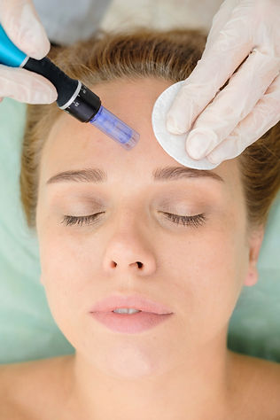 Cosmetologist%20making%20mesotherapy%20i